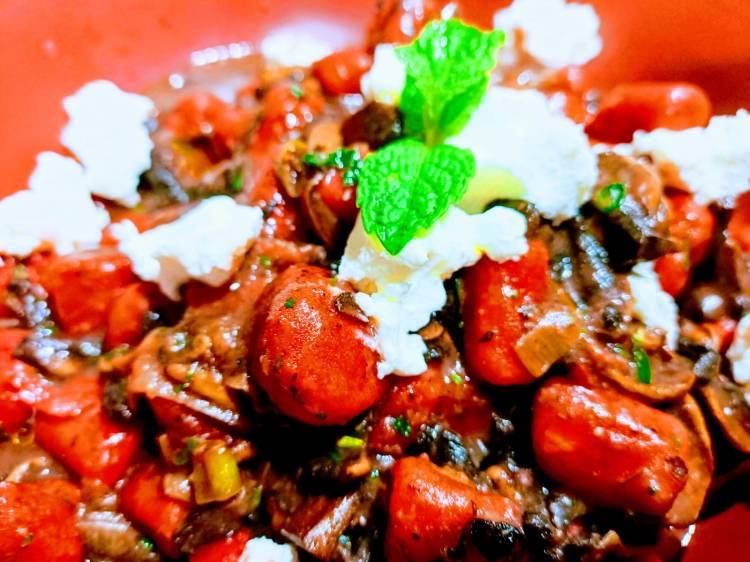 Red chickpeas with meat, ricotta, basil